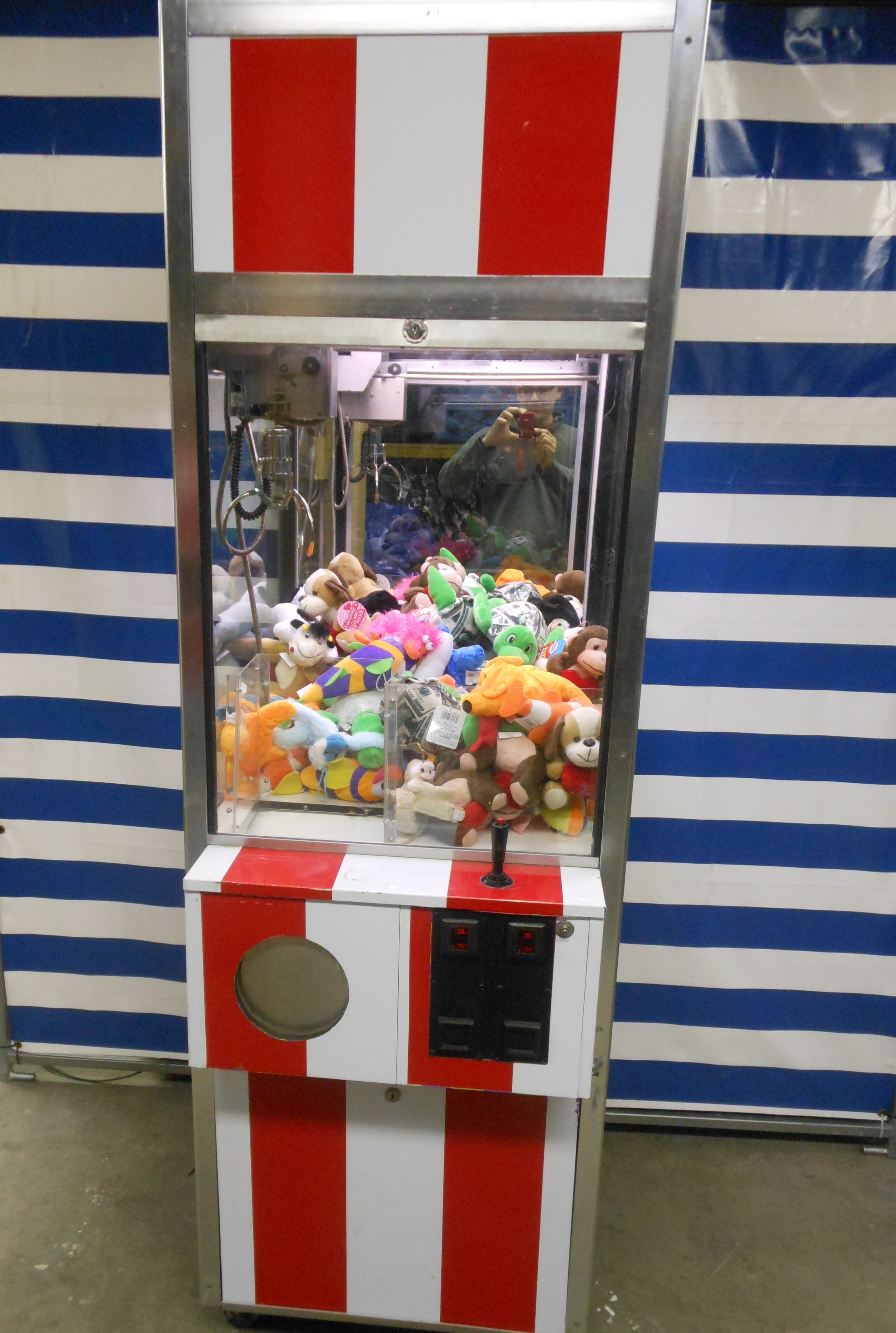 Claw Arcade Game w/ One Plush Fill