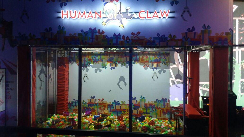 Human Claw Machine